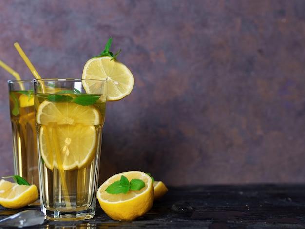 夏の冷たい自家製モヒートティー、ミント、レモン、氷