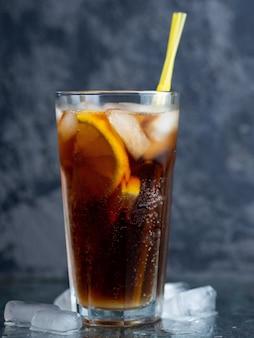クラシックなロングアイランドのアイスティー、強い飲み物とカクテル。ウォッカ、ジン、ラム酒、テキーラ、レモンジュースとコーラと氷
