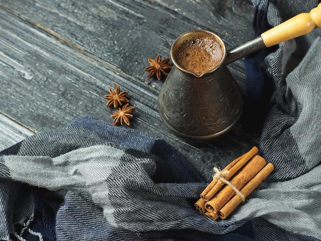 Турецкий кофе в турке на деревянном столе
