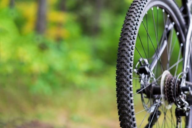 自転車の泥タイヤのクローズアップ。マウンテンバイクの後輪