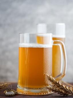 ガラスとビールのジョッキ。ろ過されていない小麦の軽いビール