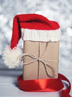 サンタさんの赤い帽子のクリスマスギフトボックスのクローズアップ