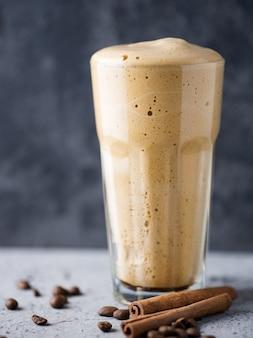 ガラスガラスにホイップインスタントコーヒーの甘くておいしいデザート