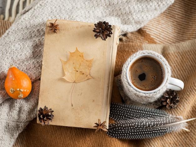 格子縞とニットスカーフのマグカップでホットコーヒー。本と居心地の良い家の朝