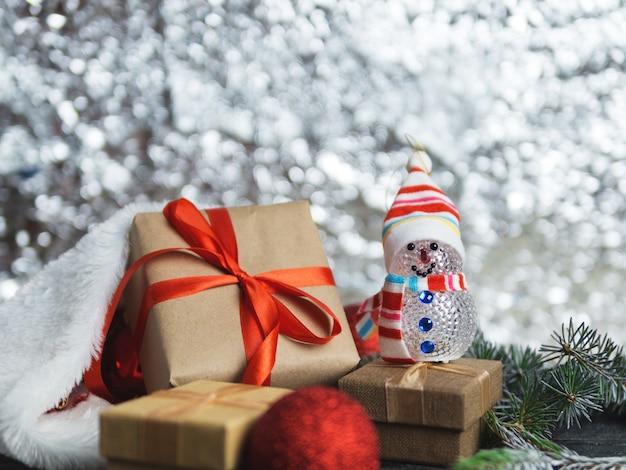 テーブルの上のクリスマスプレゼント。大小