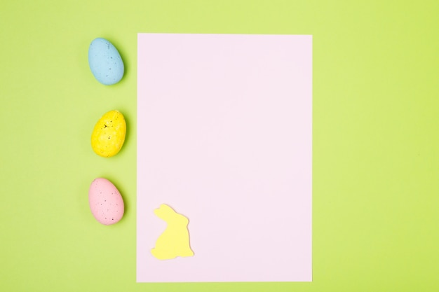 ヒヤシンス、卵、ウサギ、白紙のイースター組成。バックグラウンド。イースターのコンセプト。