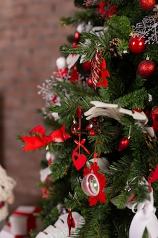 クリスマスツリーにカラフルな飾りのクローズアップ。新年あけましておめでとうございます、クリスマスのコンセプトです。デコレーション