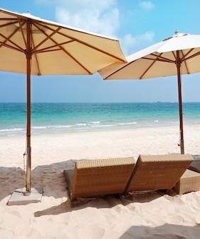 ビーチの椅子。青い空と白い雲と海。夏休み旅行。
