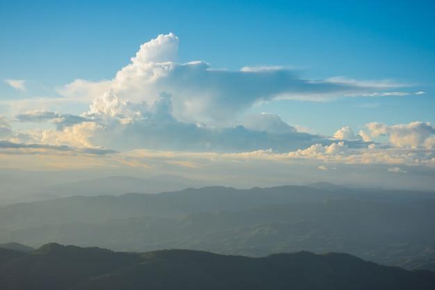 タイ、チェンライ、メーファールアン村、ドイチャンの夕日、山、美しい雲