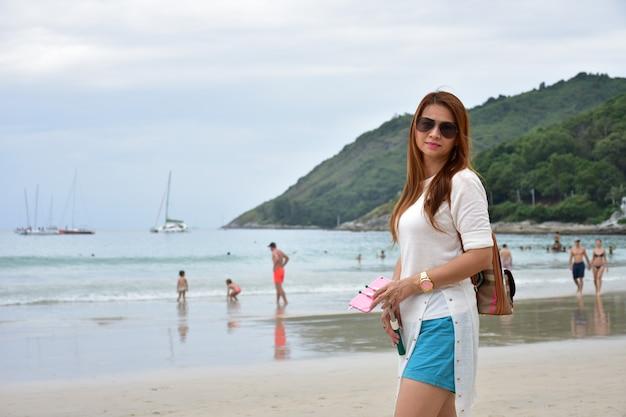 Красивая женщина, которая восхищается красотой моря пхукета.