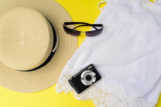 Концепция путешествия со шляпой, солнцезащитными очками и камерой