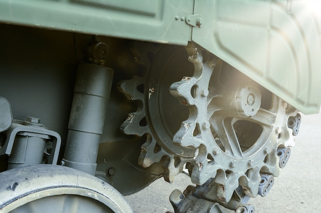 Военная промышленность. вид передней части зеленой гусеницы танка.