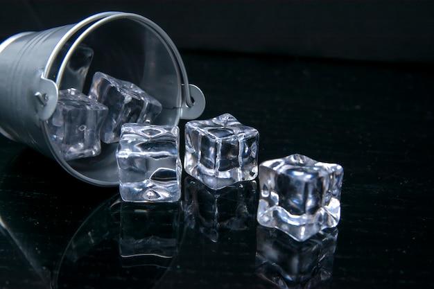 Кубики льда в бэкете на черном столе