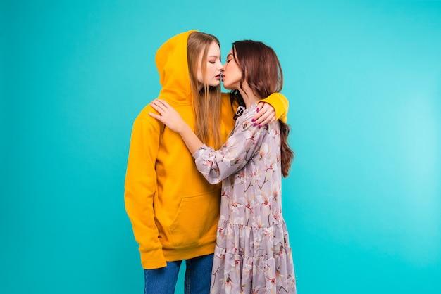 カップルがキス