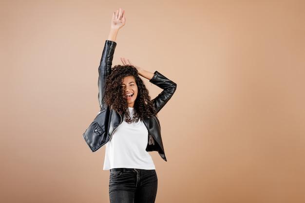 美しい黒の女の子ダンスとジャンプブラウン上分離