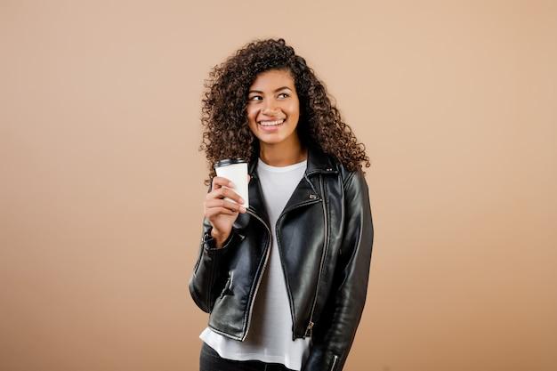 茶色に分離されたカップに行くコーヒーと美しい黒の女の子