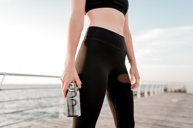 Подходит подростку с питьевой водой во время тренировок на пляже