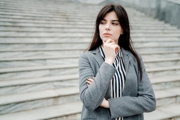 屋外を考えて集中している女性