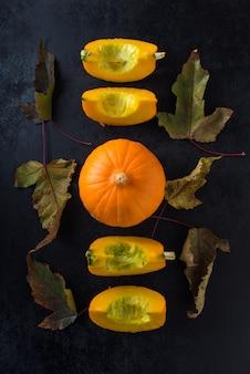 Осенняя композиция с тыквой и листьями