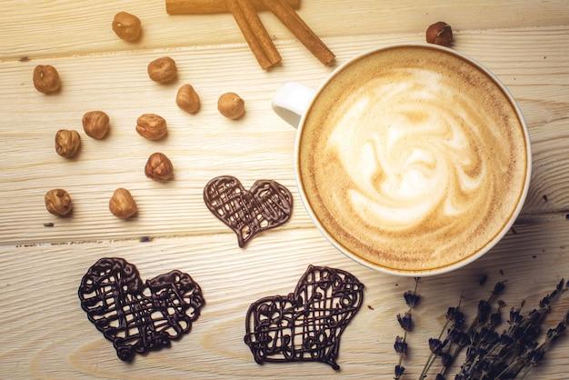 Ароматизированный кофе-капучино с шоколадом в форме сердца.