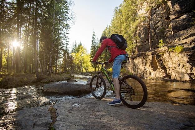 Человек едет на велосипеде через гору