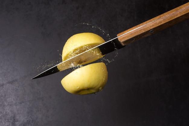 Нож и яблоко разрезать на воздухе