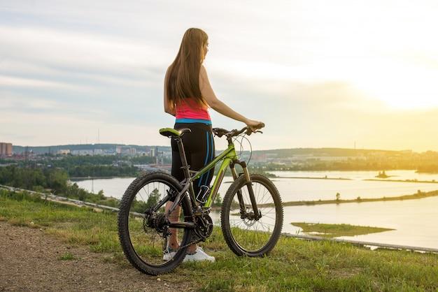 Женщина велосипедист на горном велосипеде