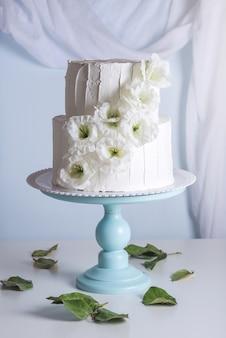 花で飾られた美しいウェディングケーキ