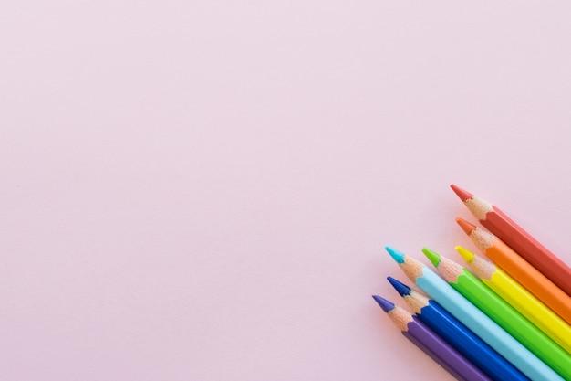 ピンクの背景、コピー領域に色鉛筆。事務用品、学校に戻る。