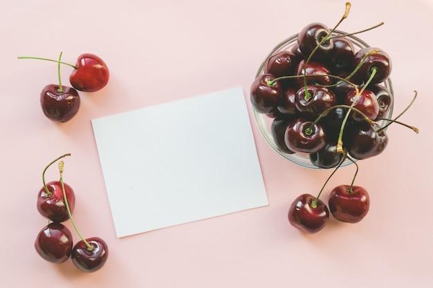 熟した赤い甘いチェリー。フラットレイ