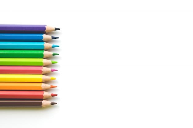 ホワイトペーパーの背景、コピースペースに色鉛筆の行。学校に戻る事務用品。