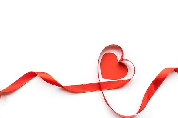 Взгляд сверху ленты сформировало как сердце изолированное на белой предпосылке. день святого валентина