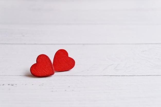 Валентинка с сердечками на деревянном фоне, любовное послание