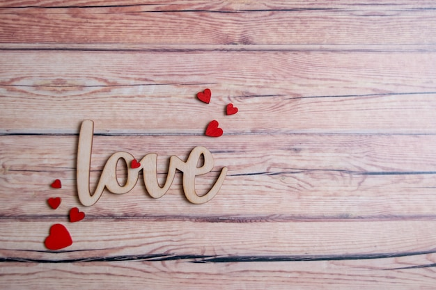 Валентинка с красными сердцами на деревянном фоне, любовное сообщение. концепция любви романтический.