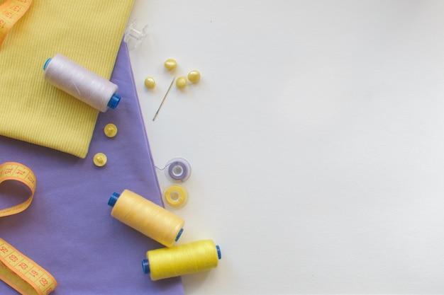 生地、ミシン糸、針、ボタン、ミシンセンチ。