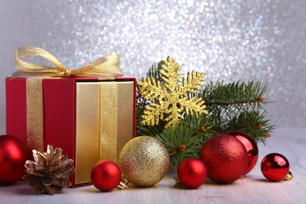 クリスマスプレゼントとモミの枝と赤いボール