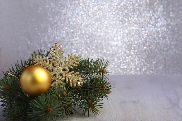 モミの枝と銀の赤のボールで装飾的なクリスマスの背景