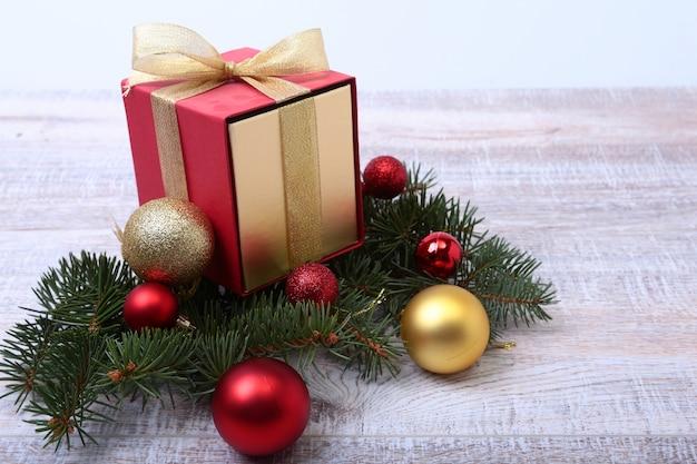 木の板にギフトボックスとクリスマスのモミの木
