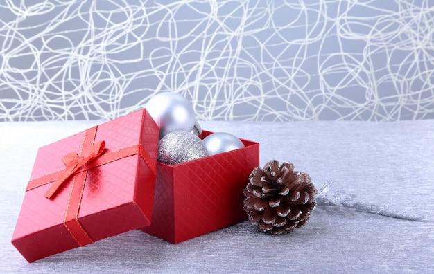 弓と木の上のクリスマスボールのギフトボックス。デコレーション