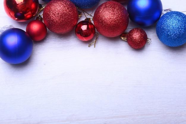 木製の赤と青のクリスマスボール