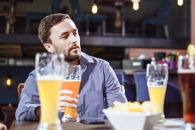 バーで友達に会う。