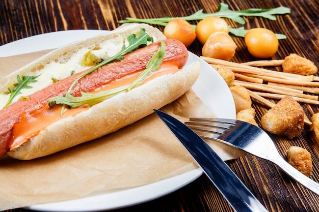 ピクルスとルッコラとスモークビールの軽食とホットドッグ