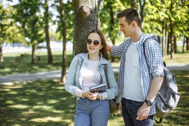 Прекрасные студенты. пара прекрасных студентов отдыхает после школы.
