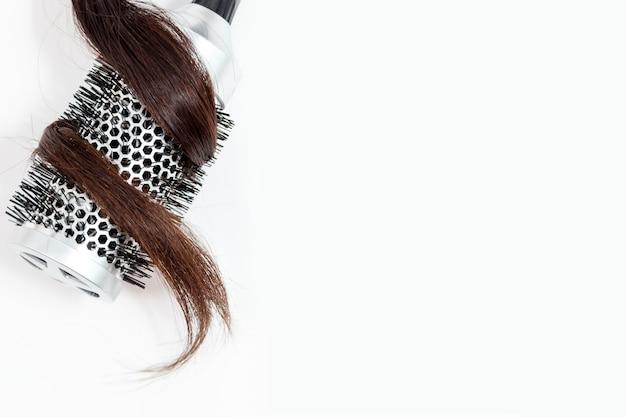 白い背景の上のビューで分離された黒髪の櫛