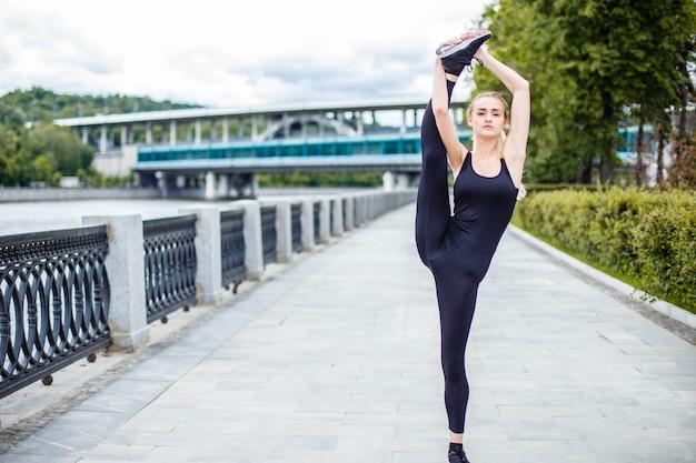 Подходит женщина практиковать упражнения на открытом воздухе уличные тренировки.