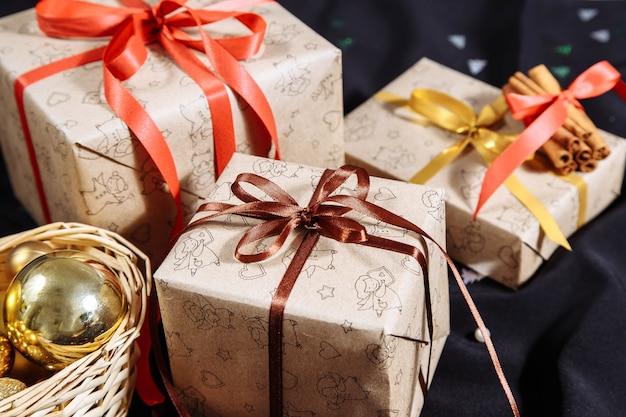 暗闇の中でお祝いクリスマスボックス