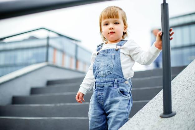 夏に屋外で愛らしい小さな少女の肖像画