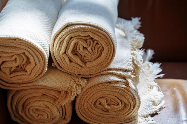 バスルームまたはホテルで折りたたまれたスパタオル