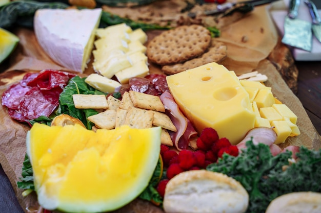スナック、チーズ、ハモン、新鮮なフルーツ、ベリーのおいしい品揃え。
