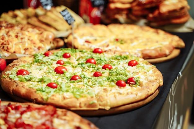 レストランでのおいしいイタリアンピザの品揃え